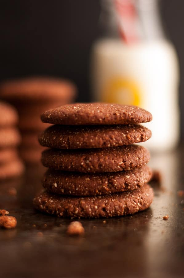 Super yummy chocolate cookies with cream. Refined sugar free, made with natural and healthy ingredients! Easy recipe for the whole family!