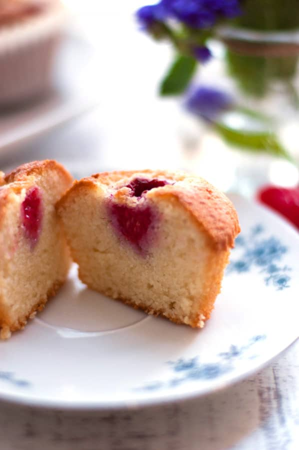 Raspberry Rose Financiers. Super light, soft and delicious cakes topped with juicy raspberries soaked in rose wine. So delicious! | https://annabanana.co/