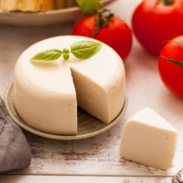 Vegan mozzarella cheese! Delicious, non- dairy alternative for all the cheese lovers. Super yummy and easy to follow recipe! | via @annabanana.co