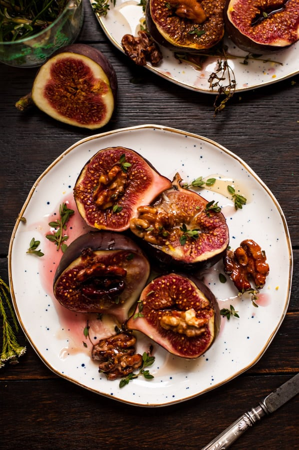 Baked figs with thyme recipe! Juicy, sweet figs straight from the oven, served with crunchy toasted walnuts and vegan mozzarella cheese. Perfect autumnal recipe! | via@ annabanana.co