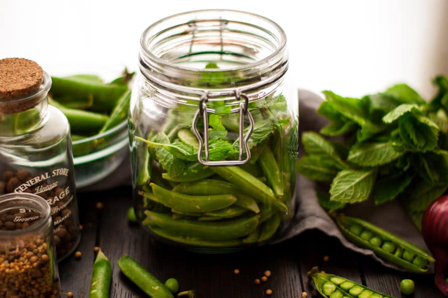 Quick pickled sugar snap peas with mint. Absolutely delicious combination of flavors and spices, super easy to prepare! Yummy and crunchy peas to enjoy anytime! | via@ annabanana.co