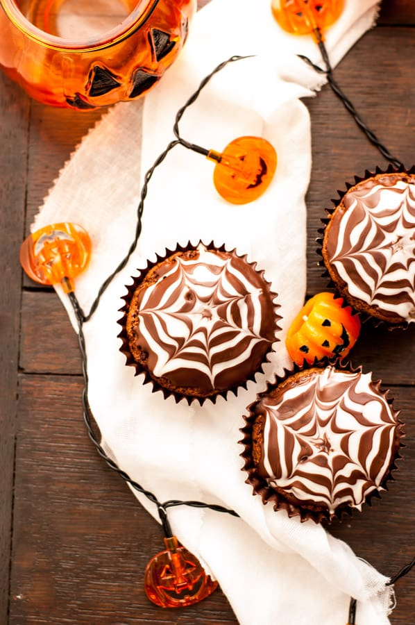 Chocolate Fudge Spiderweb Muffins! Delicious treat for Halloween, super chocolatey and ready in less than 1 hour! YUM!!! | via@ annabanana.co