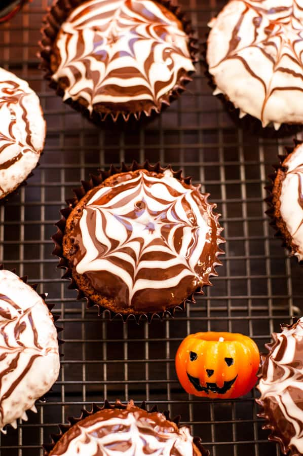 Chocolate Fudge Spiderweb Muffins! Delicious treat for Halloween, super chocolatey and ready in less than 1 hour! 100% vegan! YUM!!! | via@ annabanana.co
