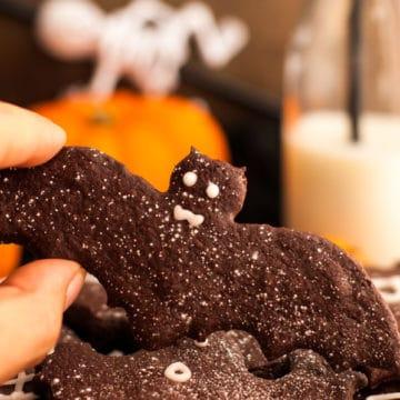Halloween Chocolate Sugar Cookies! Delicious recipe for easy treat, super fun to make and 100% vegan! via@ annabanana.co