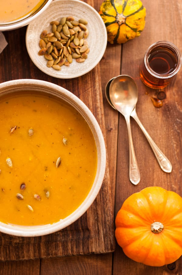 Delicious, full of flavour roasted pumpkin soup recipe. Soft, creamy and velvety bowl of goodness to keep you warm this Autumn! | via@ annabanana.co