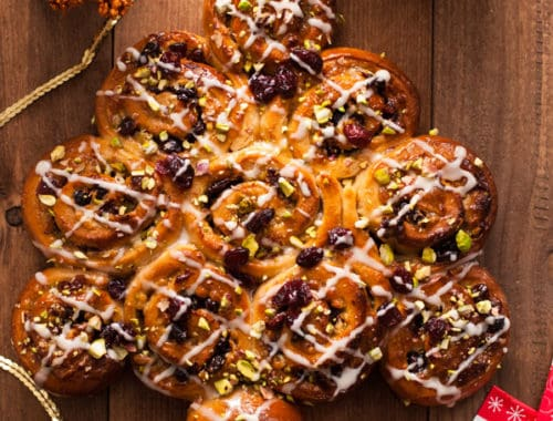 Orange and Cranberry Chelsea buns in a shape of a festive tree! Super sweet and tasty buns for the whole family! | via @annabanana.co