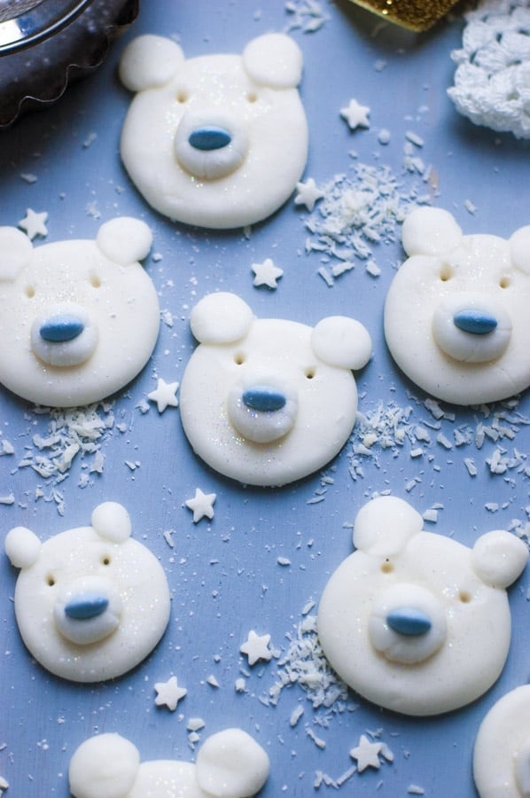 Polar Bear Peppermint Creams. Cute and fun festive treat made with aquafaba | via @annabanana.co
