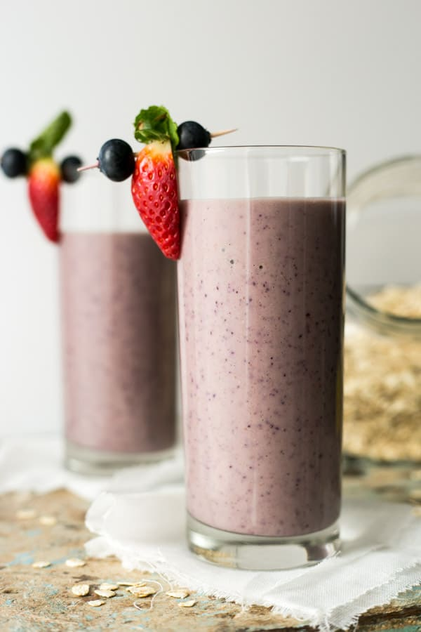 Classic blueberry and oat smoothie recipe. Healthy and quick way to start your day! | via @annabanana.co