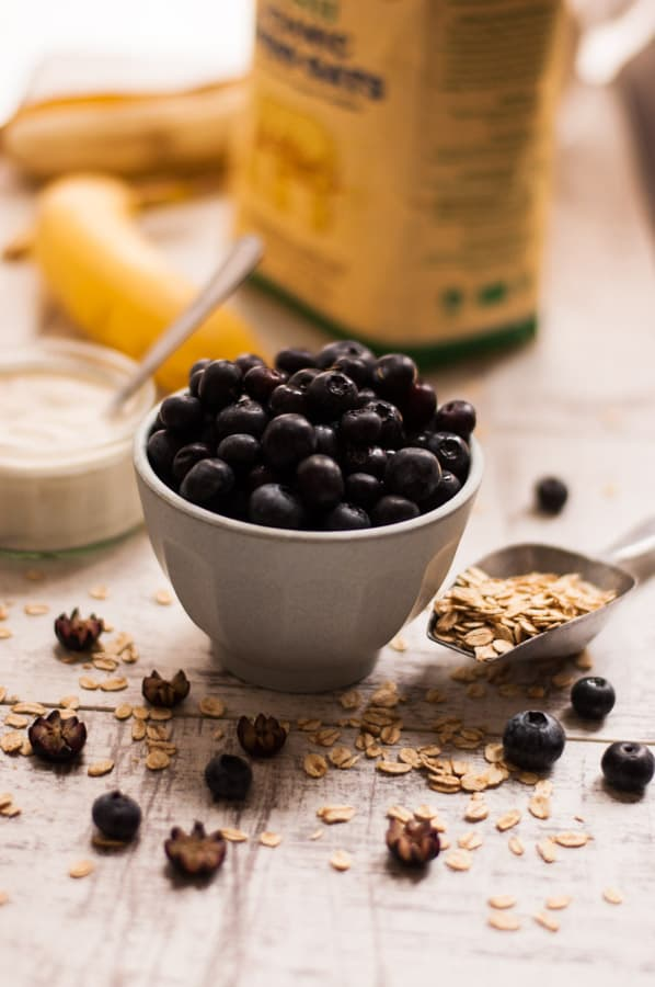 Classic blueberry and oat smoothie recipe. Healthy and quick way to start your day!