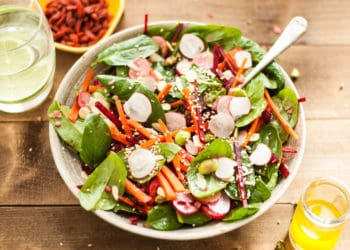 Super clean spinach and beetroot salad with lemon olive oil dressing | via @annabanana.co