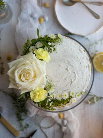 Delicious, light lemon and thyme sponge cake with creamy frosting | via @annabanana.co