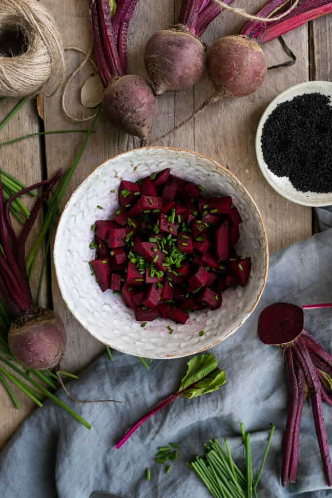 Beetroot and cream cheese tarts with chives and nigella seeds | via @annabanana.co