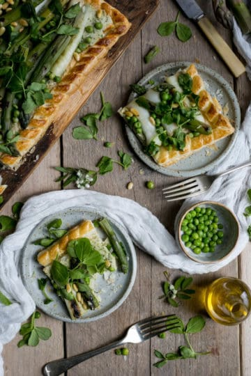 Charred asparagus tart with butter beans paste and pine nuts | via @annabanana.co