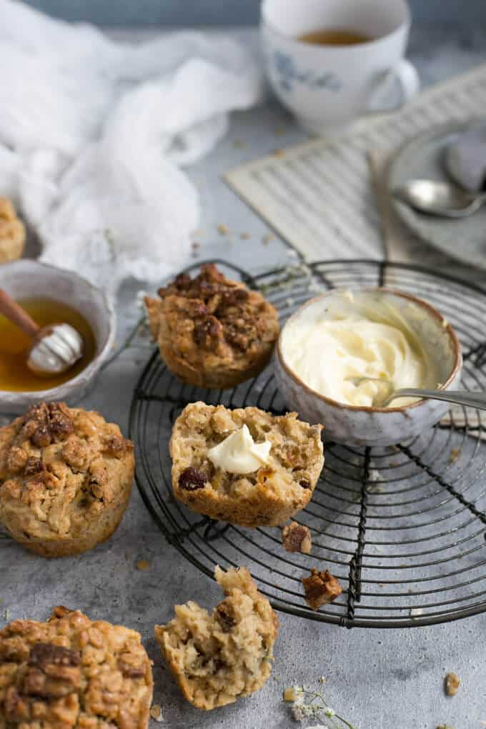 Breakfast muffins with apple and pecans | via @annabanana.co