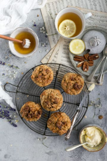 Super easy breakfast muffins recipe, made with apple and muesli | via @annabanana.co