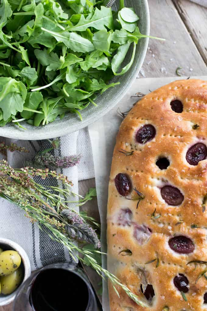 Rosemary focaccia bread with red grapes and sea salt | via @annabanana.co