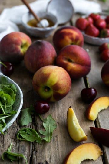 Summer peach salad with fresh rocket and dill   via @annabanana.co
