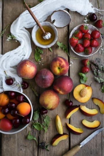 Summer peach salad with balsamic dressing | via @annabanana.co