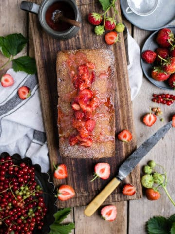 Strawberry summer cake, packed with juicy berries and topped with fruit drizzle   via @annabanana.co
