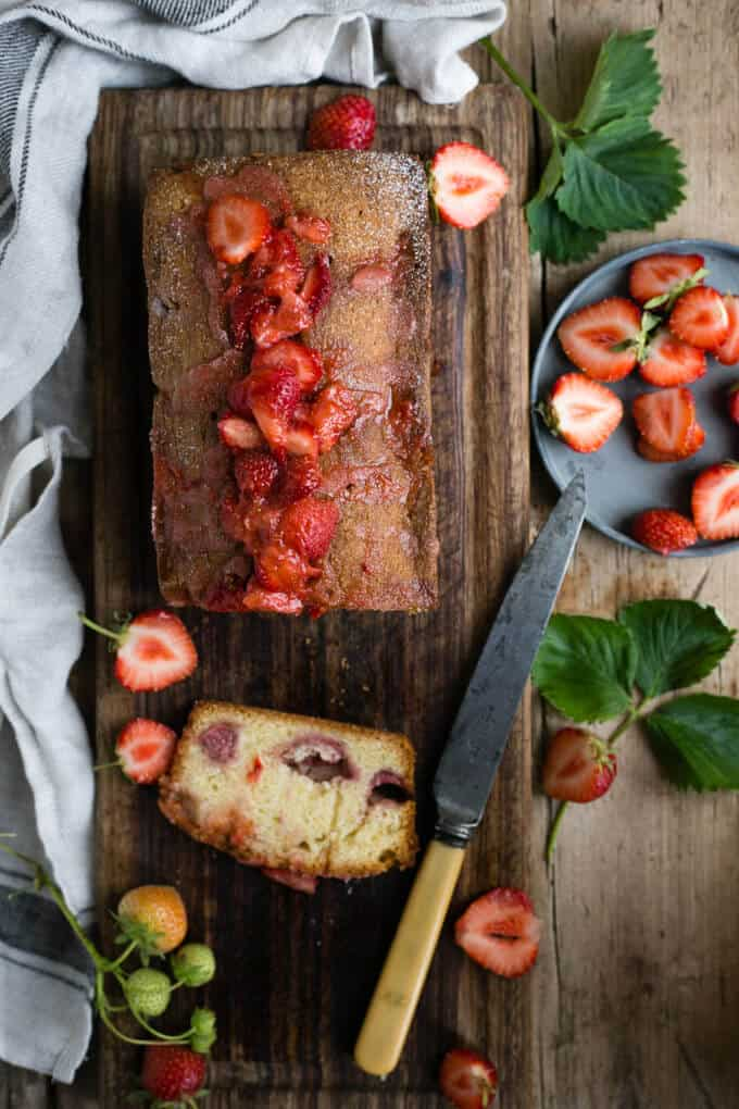 Strawberry summer cake packed with juicy berries and fruit drizzle | via @annabanana.co