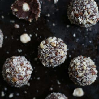 Vegan Ferrero Rocher. Super reach and creamy chocolate truffles with roasted hazelnuts | via @annabanana.co