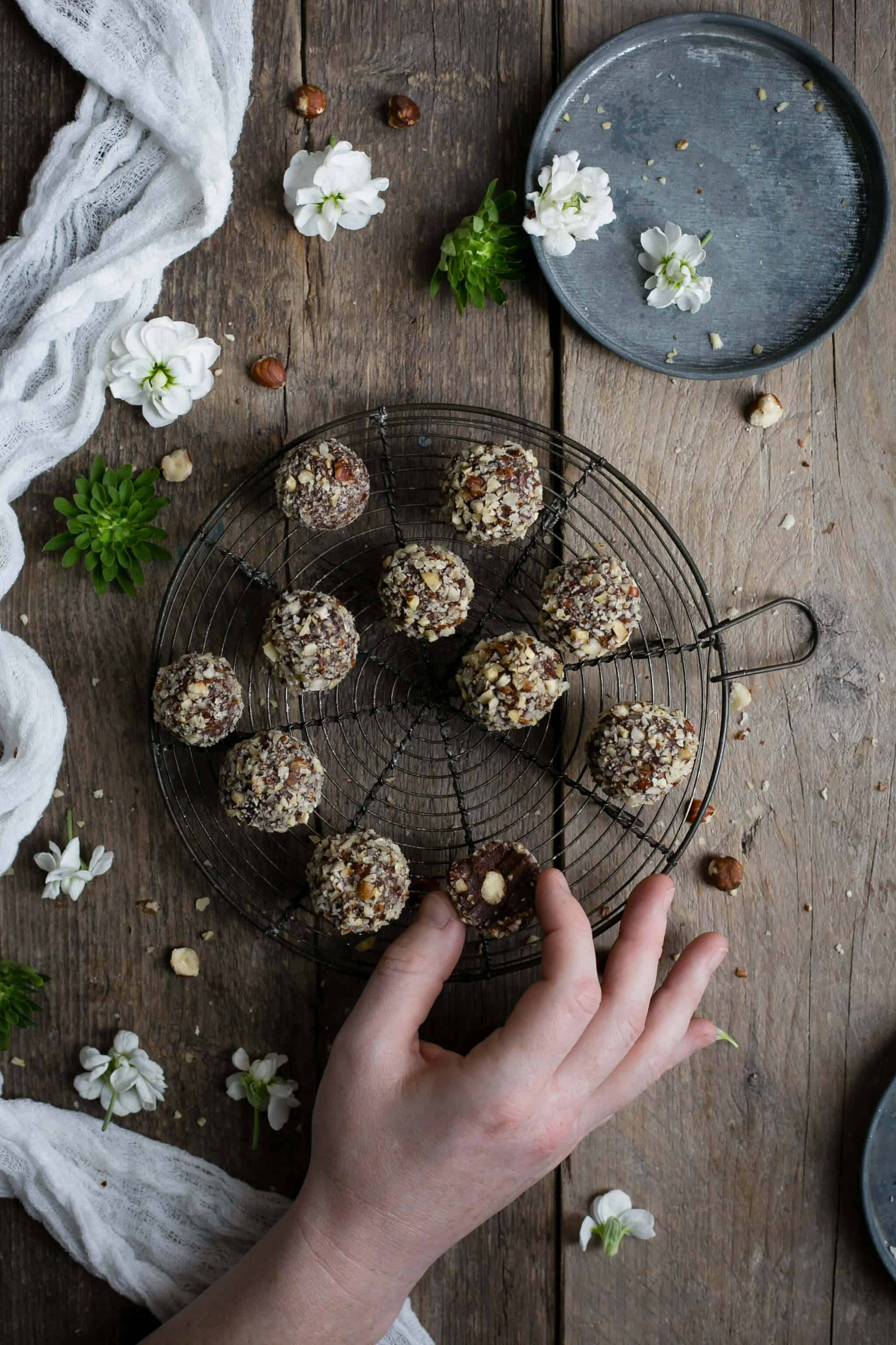 Delicious vegan Ferrero Rocher truffles | via @annabanana.co