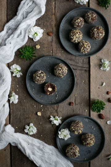 Vegan Ferrero Rocher. Easy recipe for delicious chocolate and roasted hazelnut truffles | via @annabanana.co