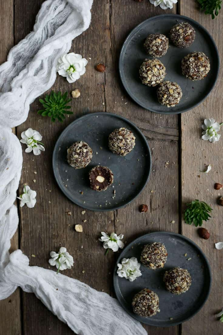 Vegan Ferrero Rocher! Easy recipe for one of the best chocolate and hazelnut truffles! You will not stop at one! | via @annabanana.co
