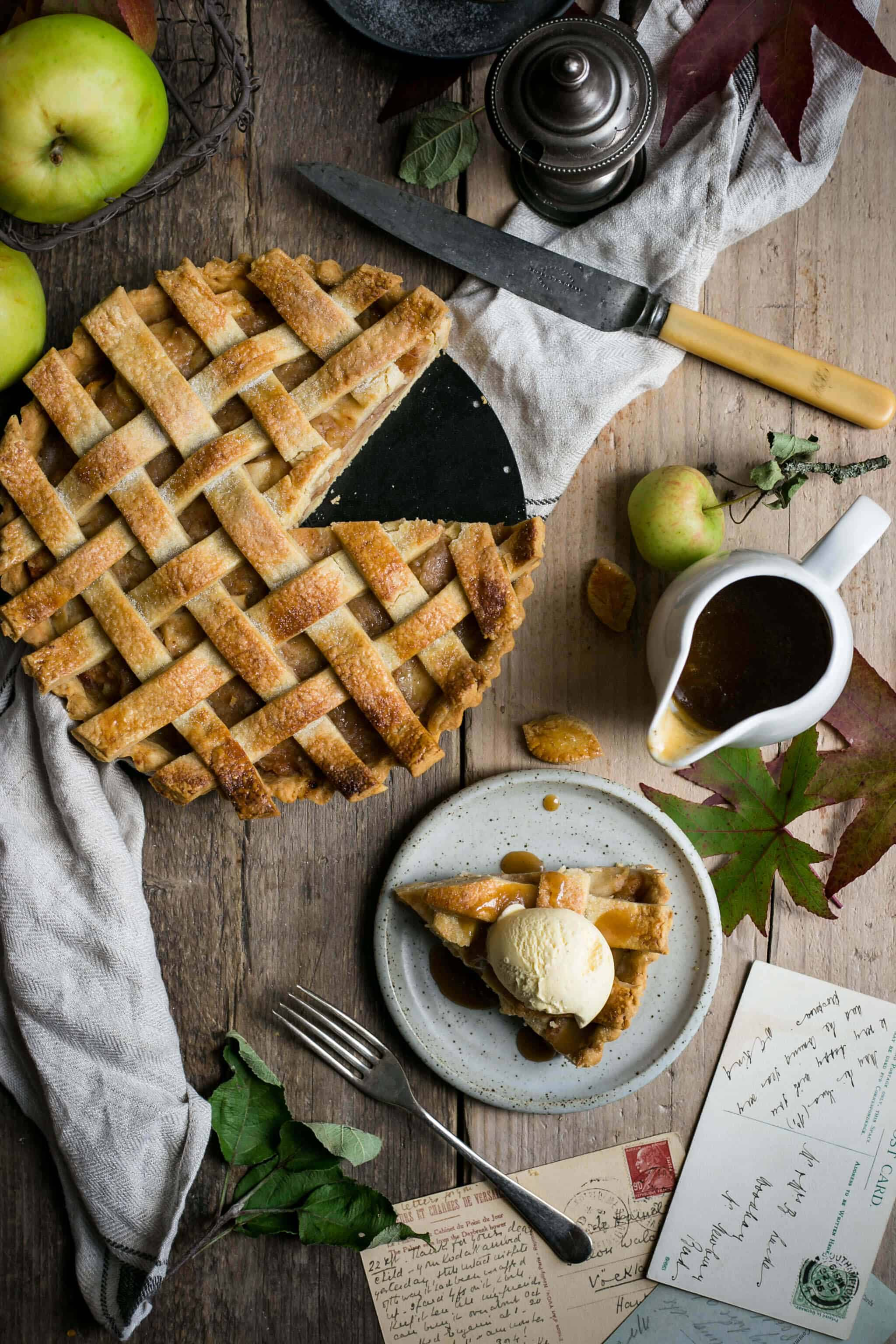Classic apple pie with caramel sauce. Easy recipe for a perfect seasonal pie #apple pie #vegan | via @annabanana.co