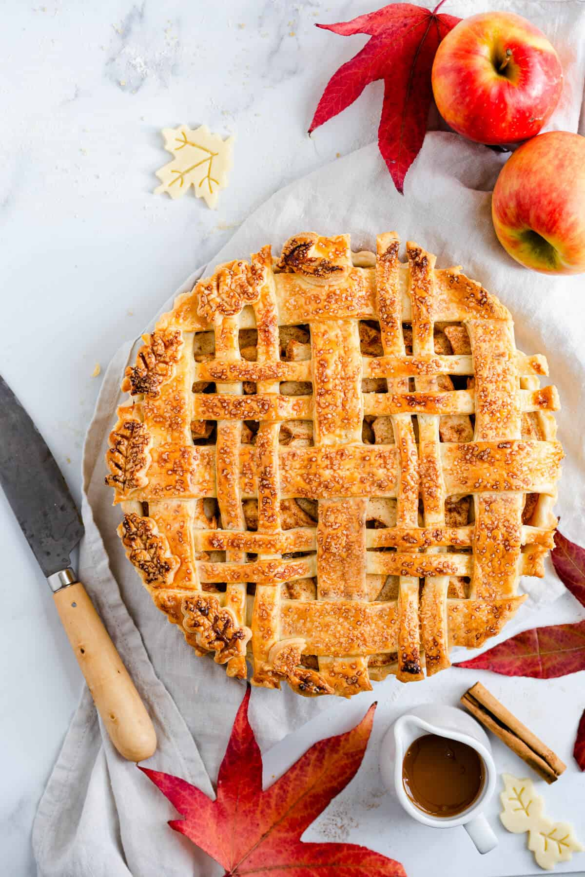 Vegan apple pie with caramel sauce. Delicious recipe for the autumn classic #vegan #apple pie | via @annabanana.co