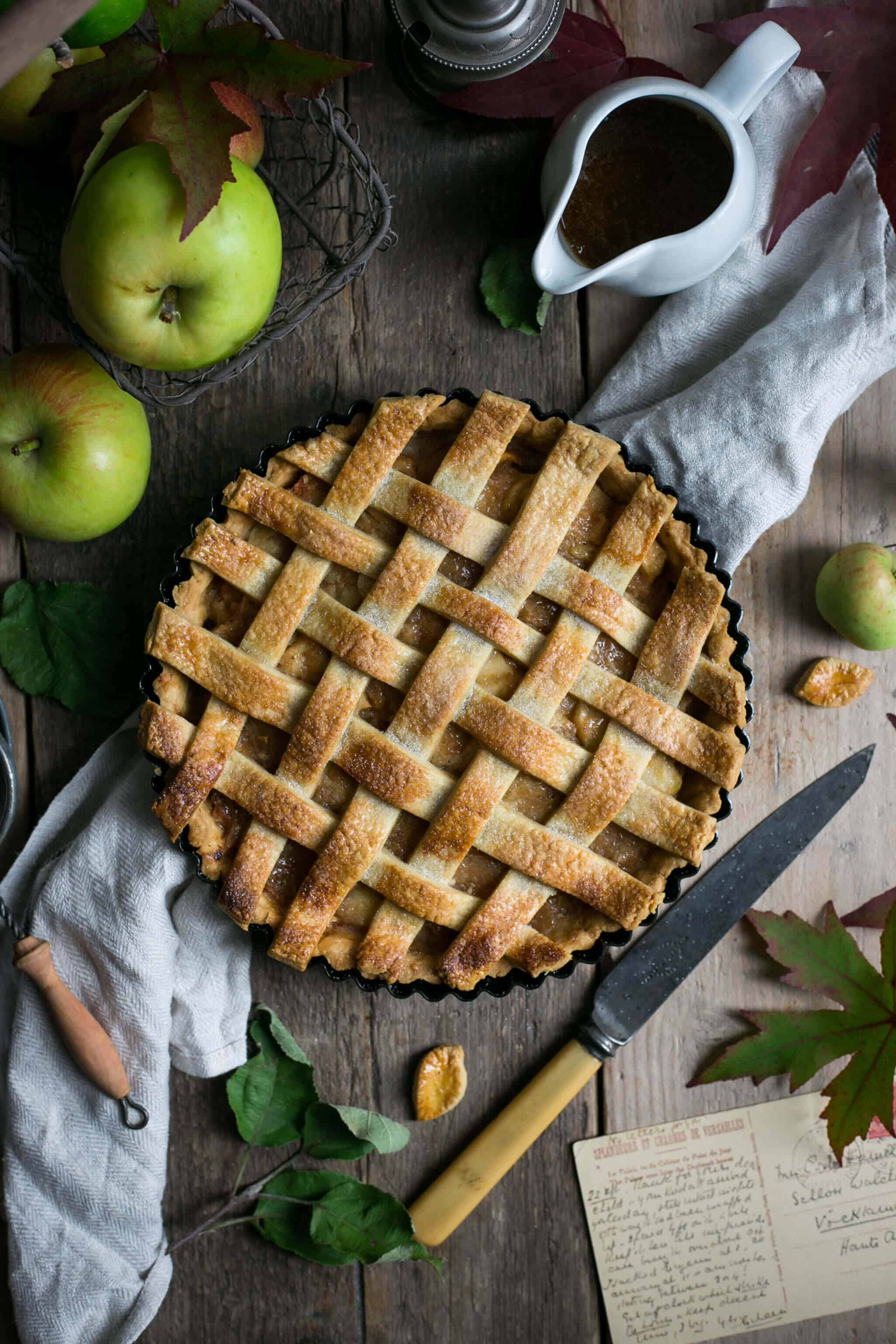 Traditional apple pie with caramel sauce #vegan | via @annabanana.co