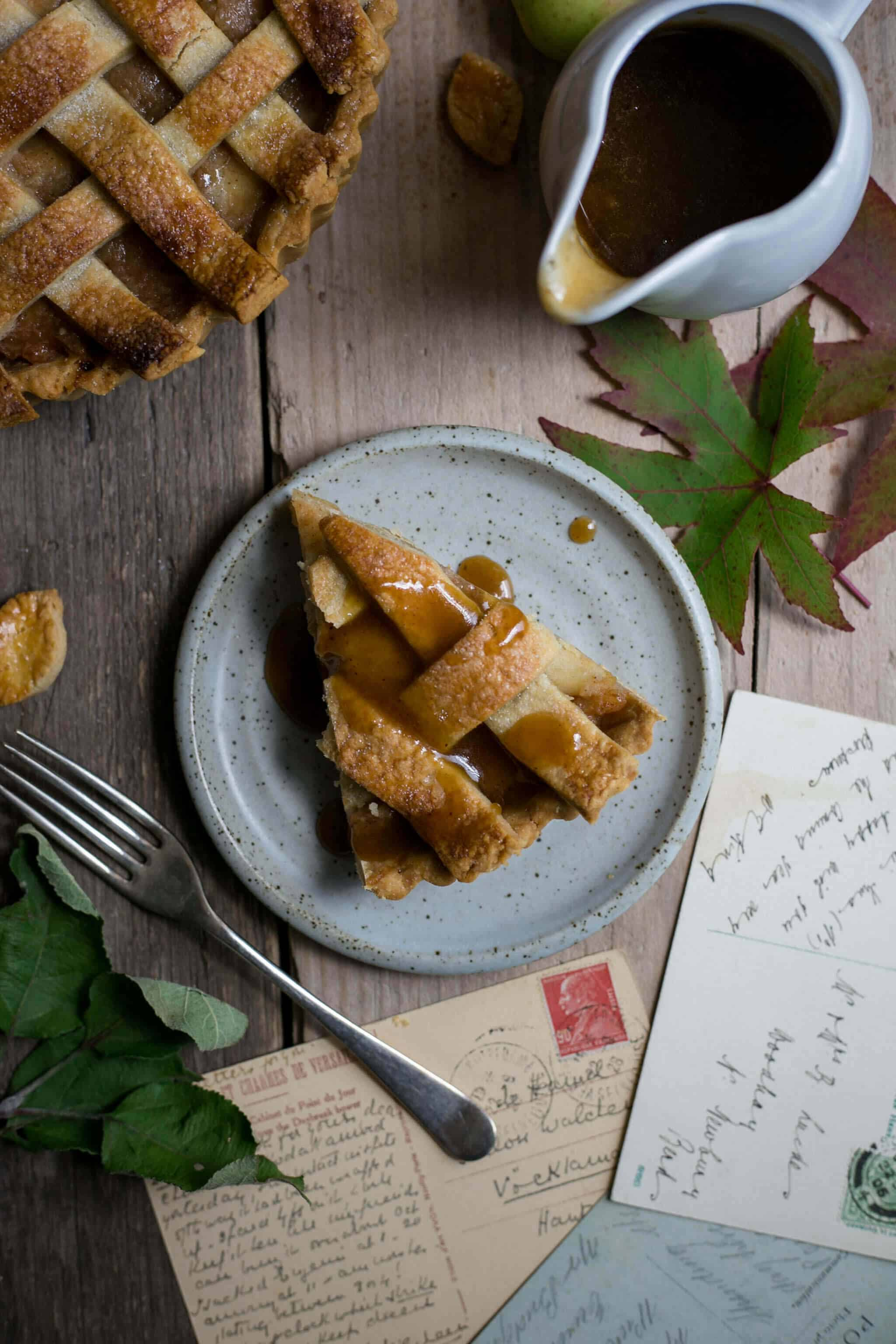 Superb recipe for delicious apple pie served with caramel sauce #vegan #apple pie | via @annabanana.co