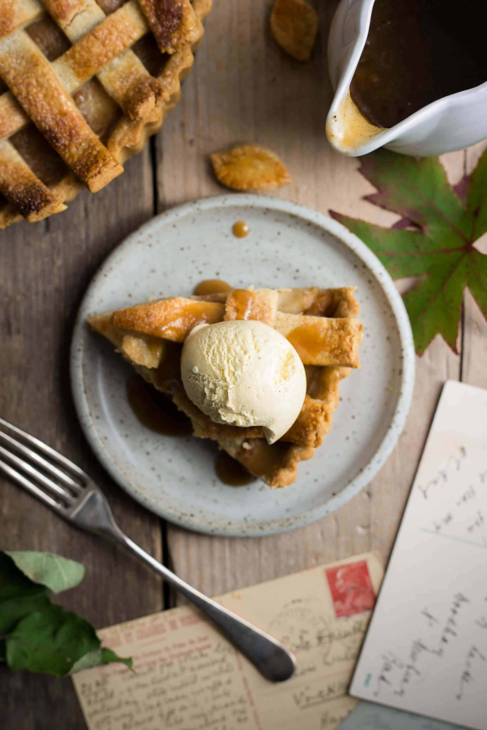 Apple pie with caramel. Easy recipe for delicious #vegan dessert | via @annabanana.co