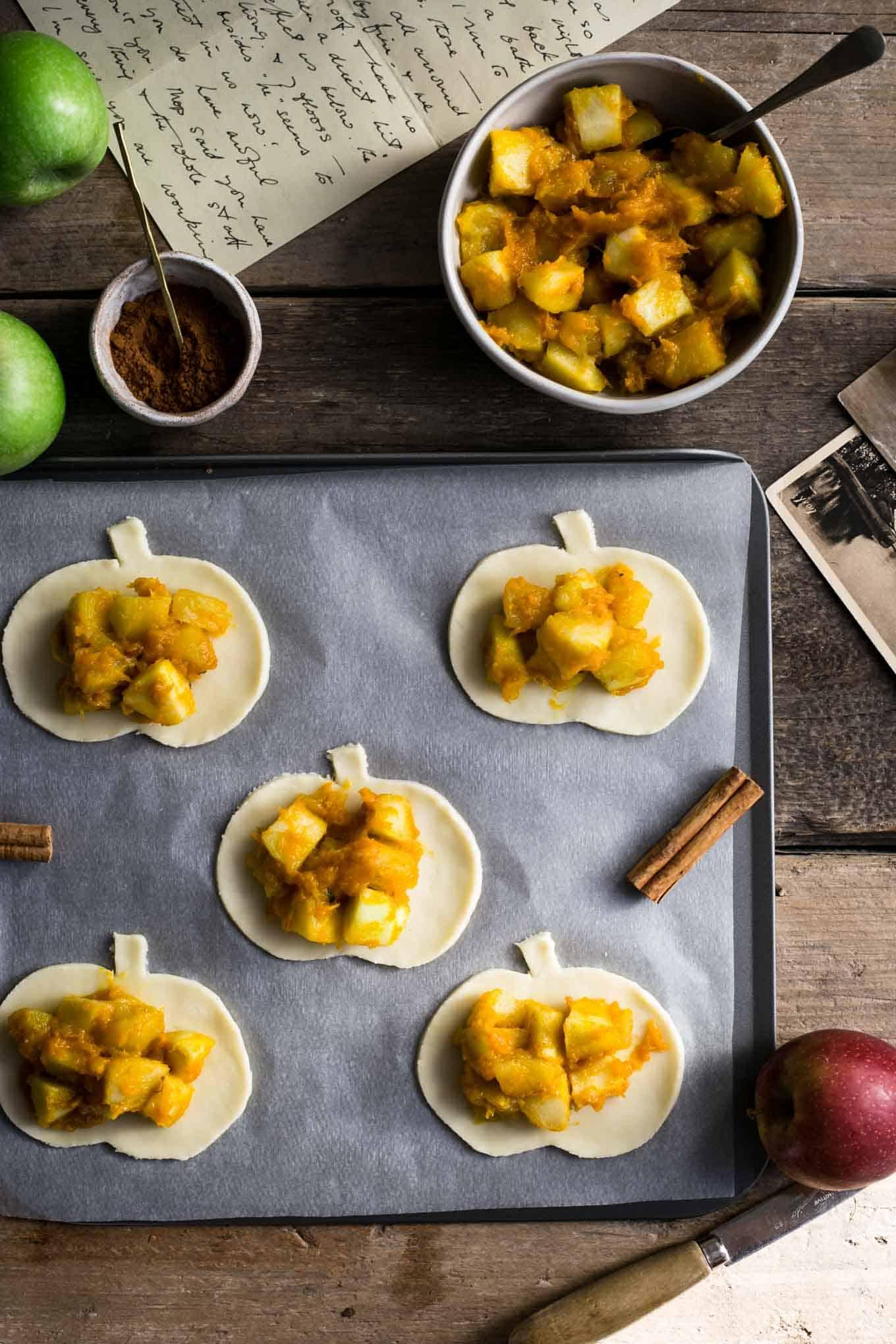 Spiced apple and pumpkin hand pies #vegan #applepie #pumpkin   via @annabanana.co