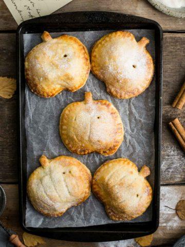 Spiced Apple and pumpkin hand pies, perfect for Halloween treat! #vegan #halloween | via @annabanana.co