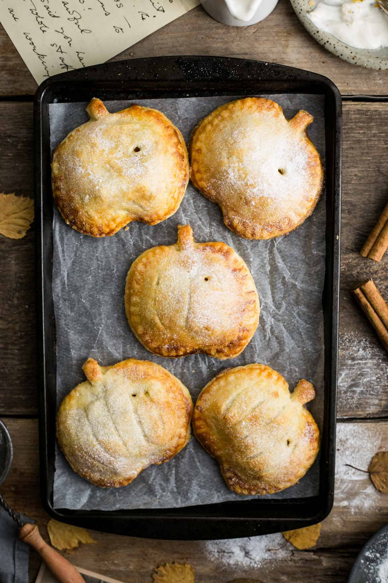 Spiced apple hand pies with pumpkin #vegan #applepie   via @annabanana.co