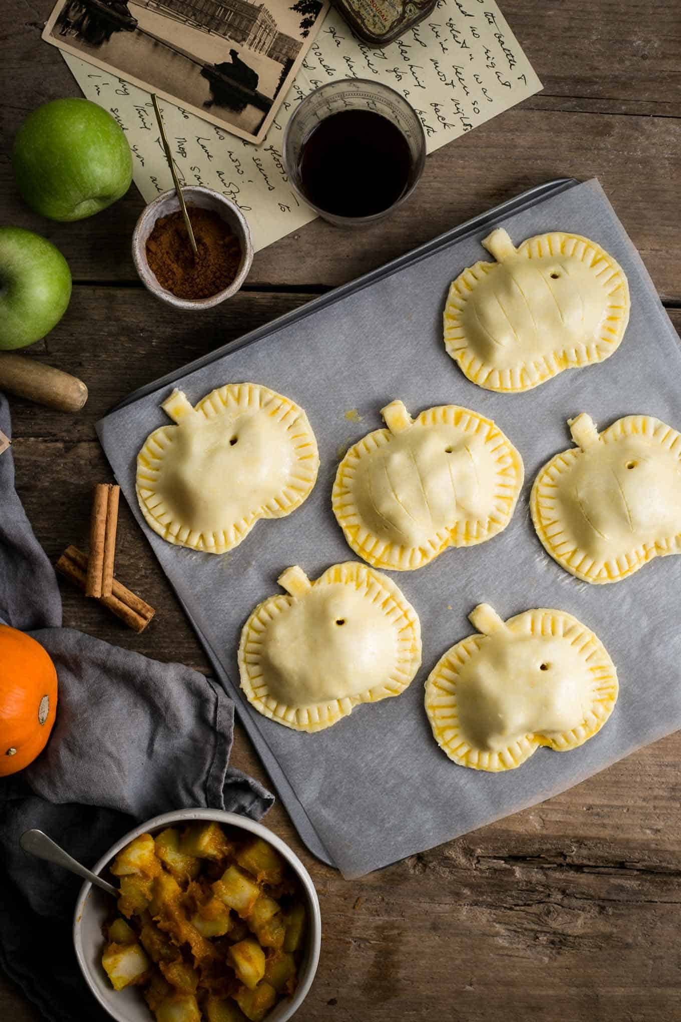 Easy and delicious recipe for spiced apple and #pumpkin hand pies #vegan   via @annabanana.co