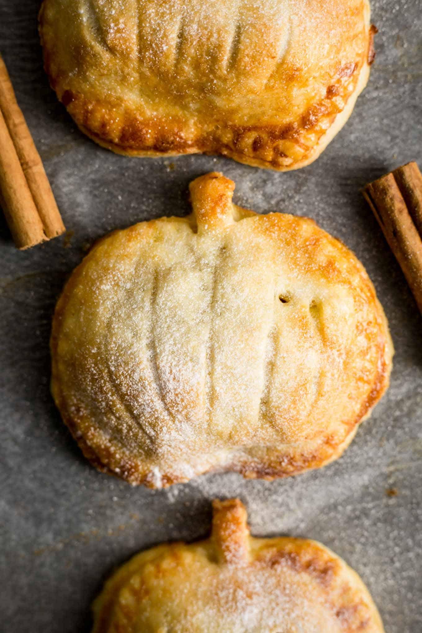Hand pies with spiced apple and pumpkin filling #vegan #pumpkin #applepie   via @annabanana.co