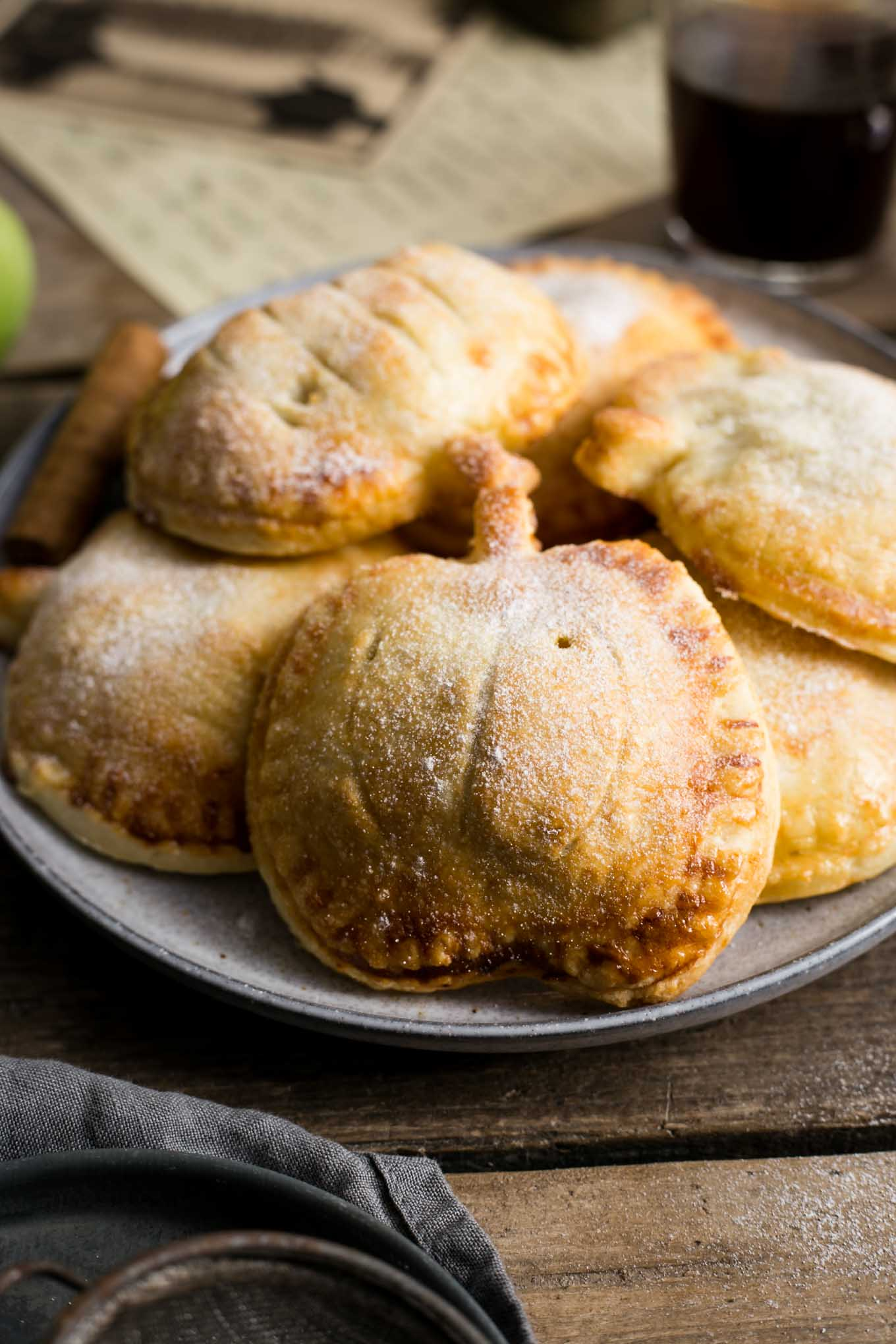 Totally delicious and easy recipe for spiced apple and pumpkin hand pies #vegan #pumpkinpie | via @annabanana.co
