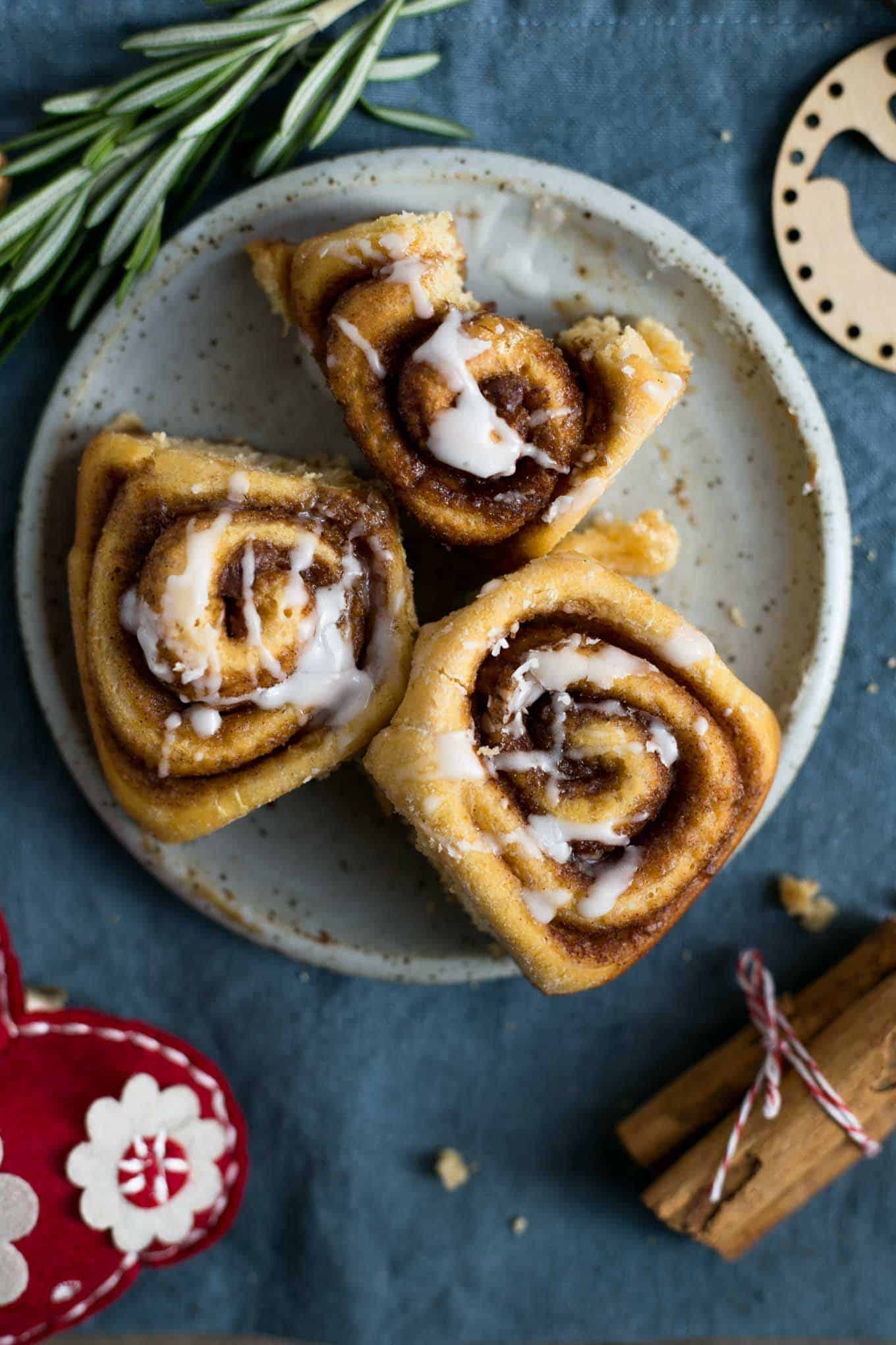 Sweet potato cinnamon rolls with icing #vegan #cinnamonrolls #brunch | via @annabanana.co