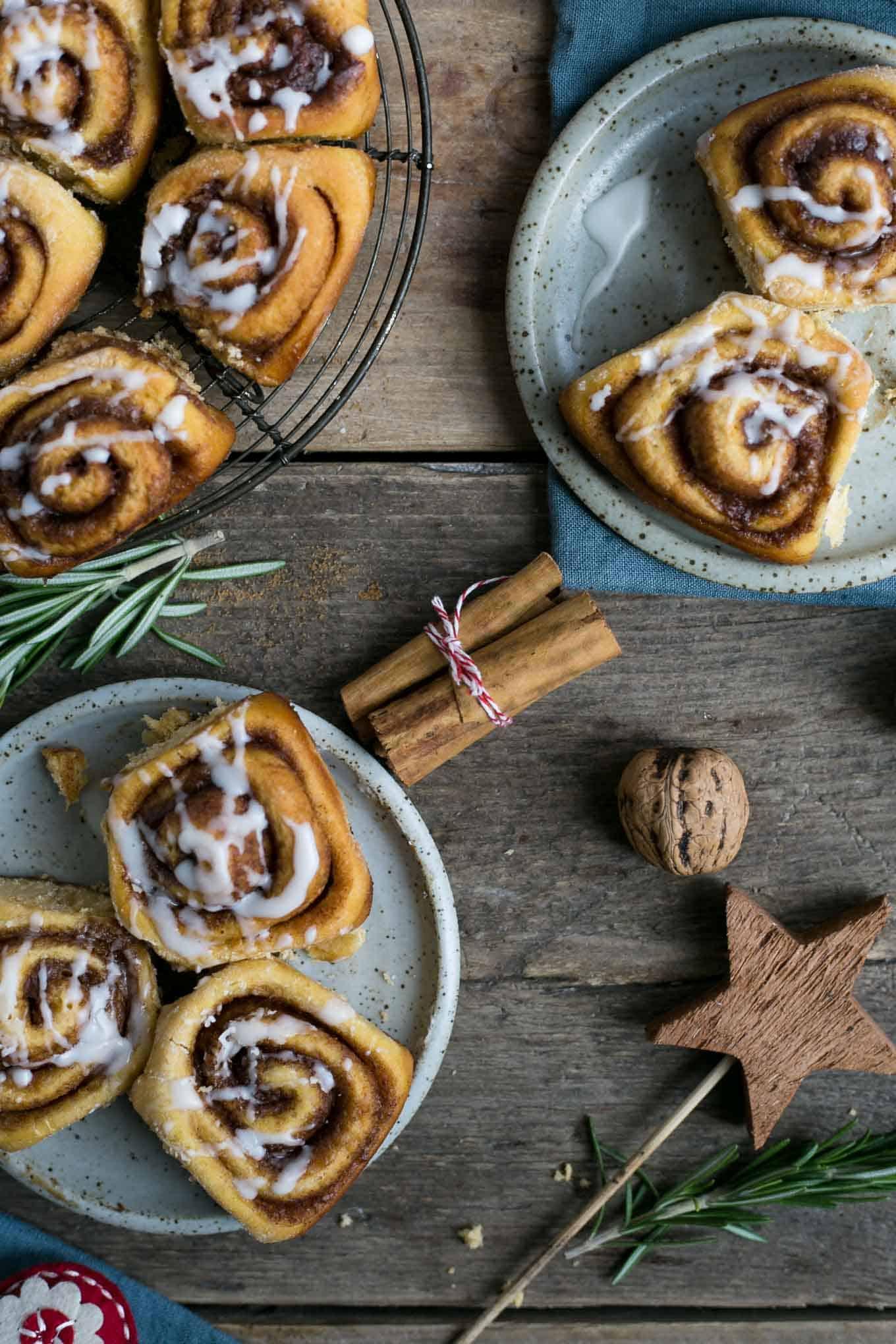 Soft and super fluffy sweet potato cinnamon rolls #vegan #cinnamonrolls | via @annabanana.co