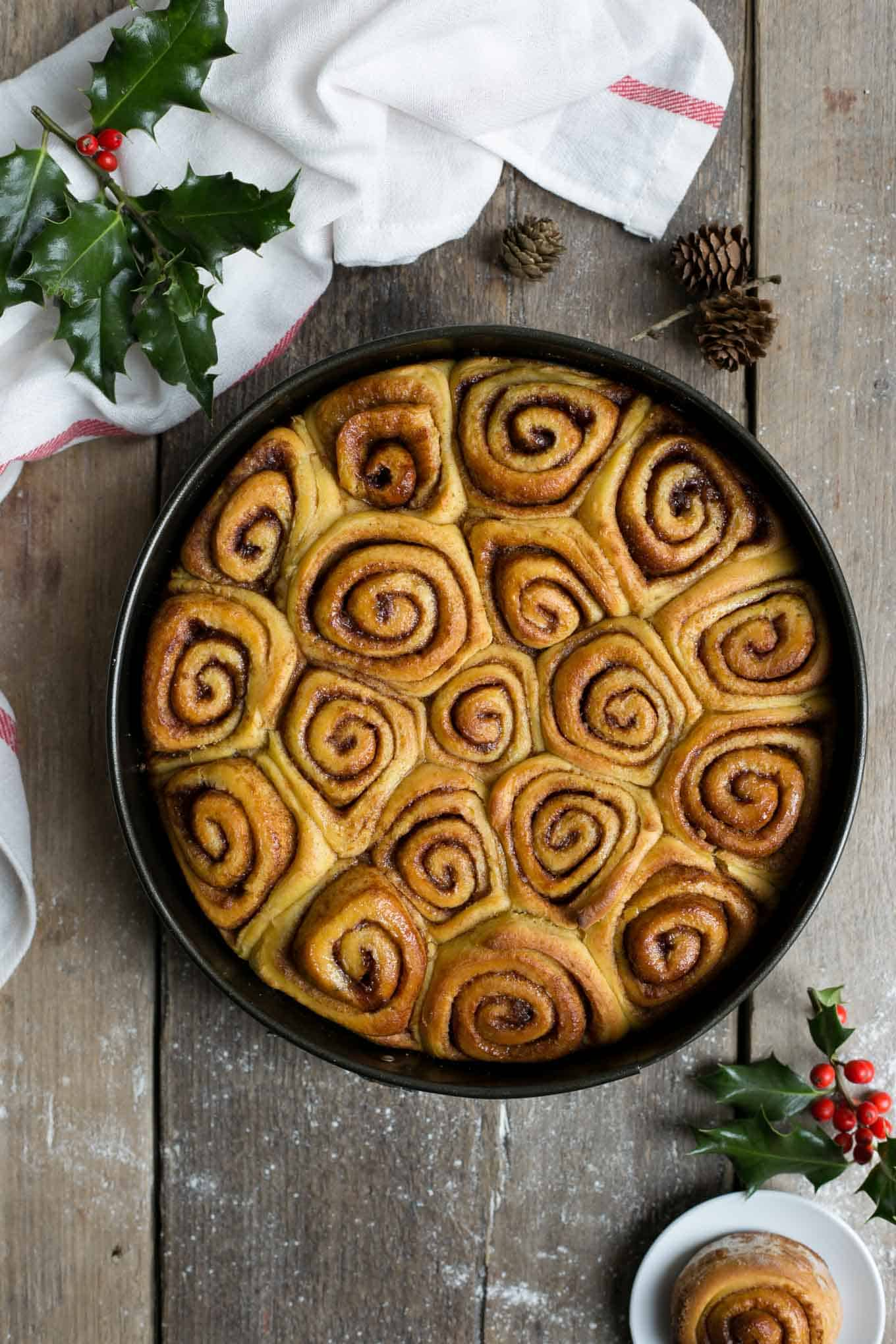 Vegan sweet potato cinnamon rolls, delicious #breakfast or #brunch! #vegan #cinnamonrolls | via @annabanana.co