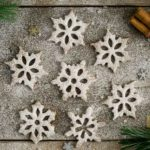 Cinnamon & maple snowflake cookies made with buckwheat flour. Perfect as a Christmas treat, also great as a gift for the loved ones, or a decoration for your Christmas tree! #glutenfree #vegan #cookies | via @annabanana.co