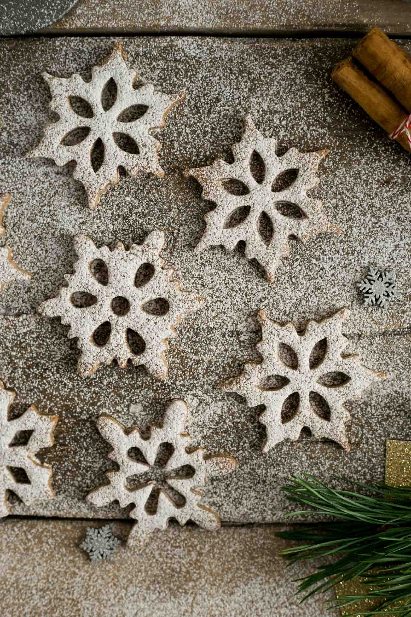 Cinnamon and Maple Snowflake Cookies. Delicious and fun to make cookies, ideal Christmas treat! #cookies #vegan #Christmas | via @annabanana.co