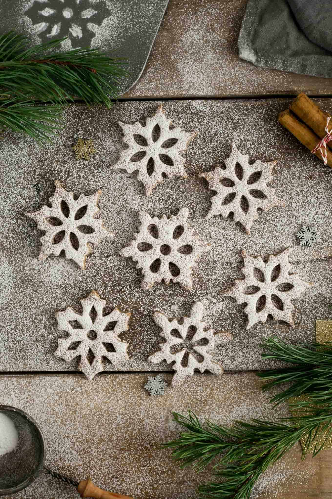 Cinnamon & maple snowflake cookies, beautiful shape and great flavour, perfect as a gift for the loved ones! #vegan #christmascookies #Christmas | via @annabanana.co