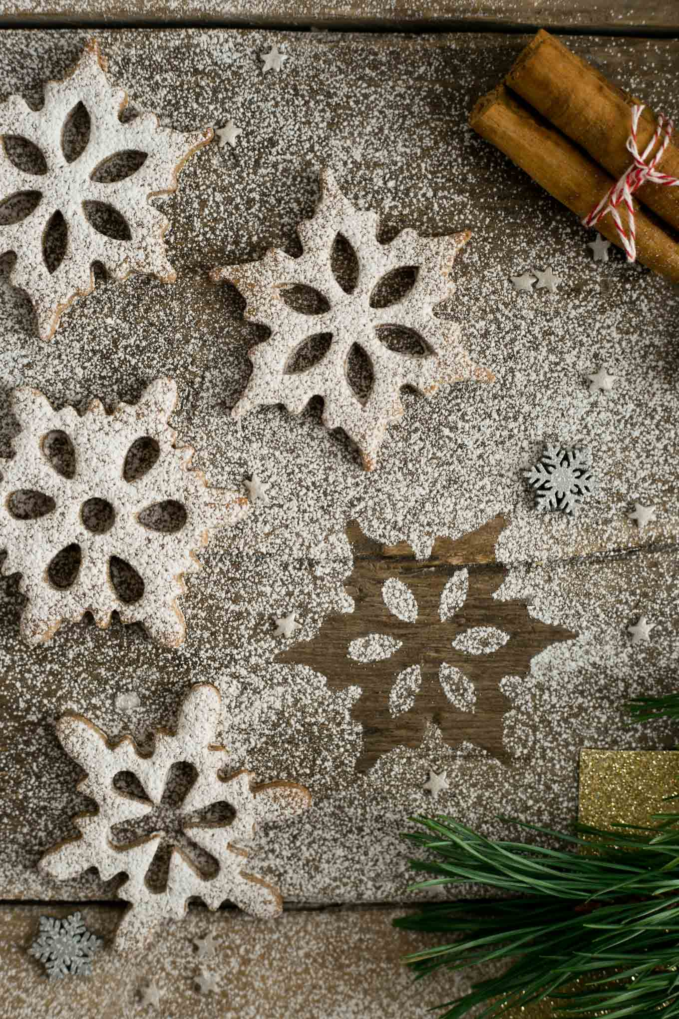 Winter snowflake cookies with cinnamon & maple. Delicious and fun to make cookies, perfect for Christmas! #cookies #Christmas #vegan | via @annabanana.co