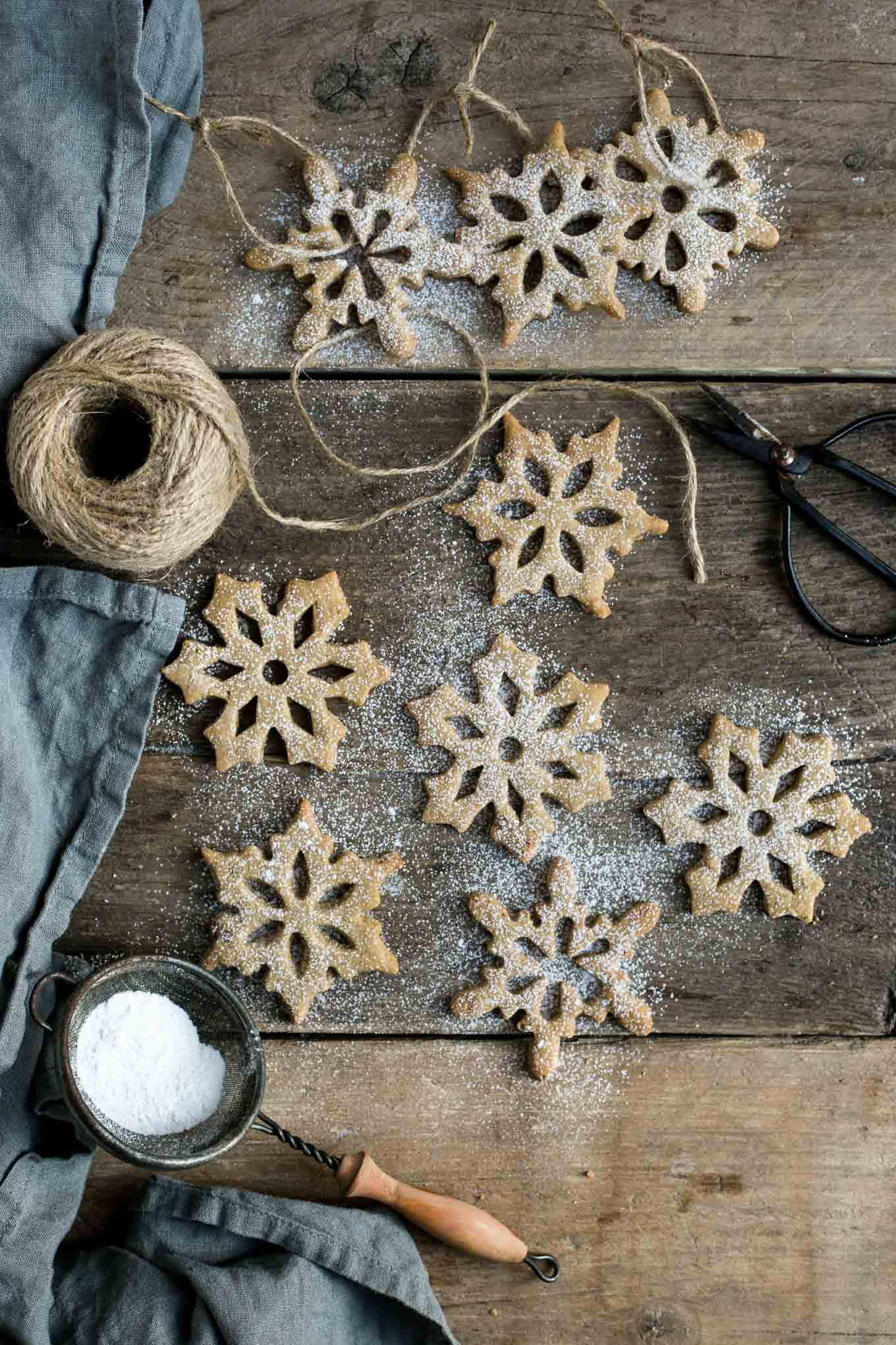 Cinnamon & maple snowflake cookies. These melt-in-your-mouth cookies can also be used to decorate your Christmas tree! #cookies #vegan #Christmas | via @annabanana.co