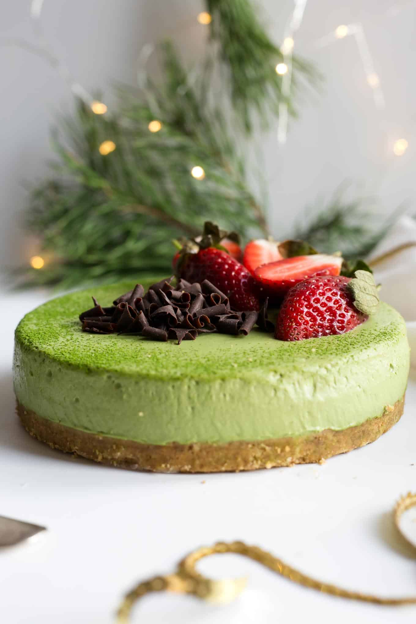 Matcha and ginger cheesecake, super creamy and soft cake made with green matcha tea! #vegan #cheesecake #matcha #dairyfree | via @annabanana.co