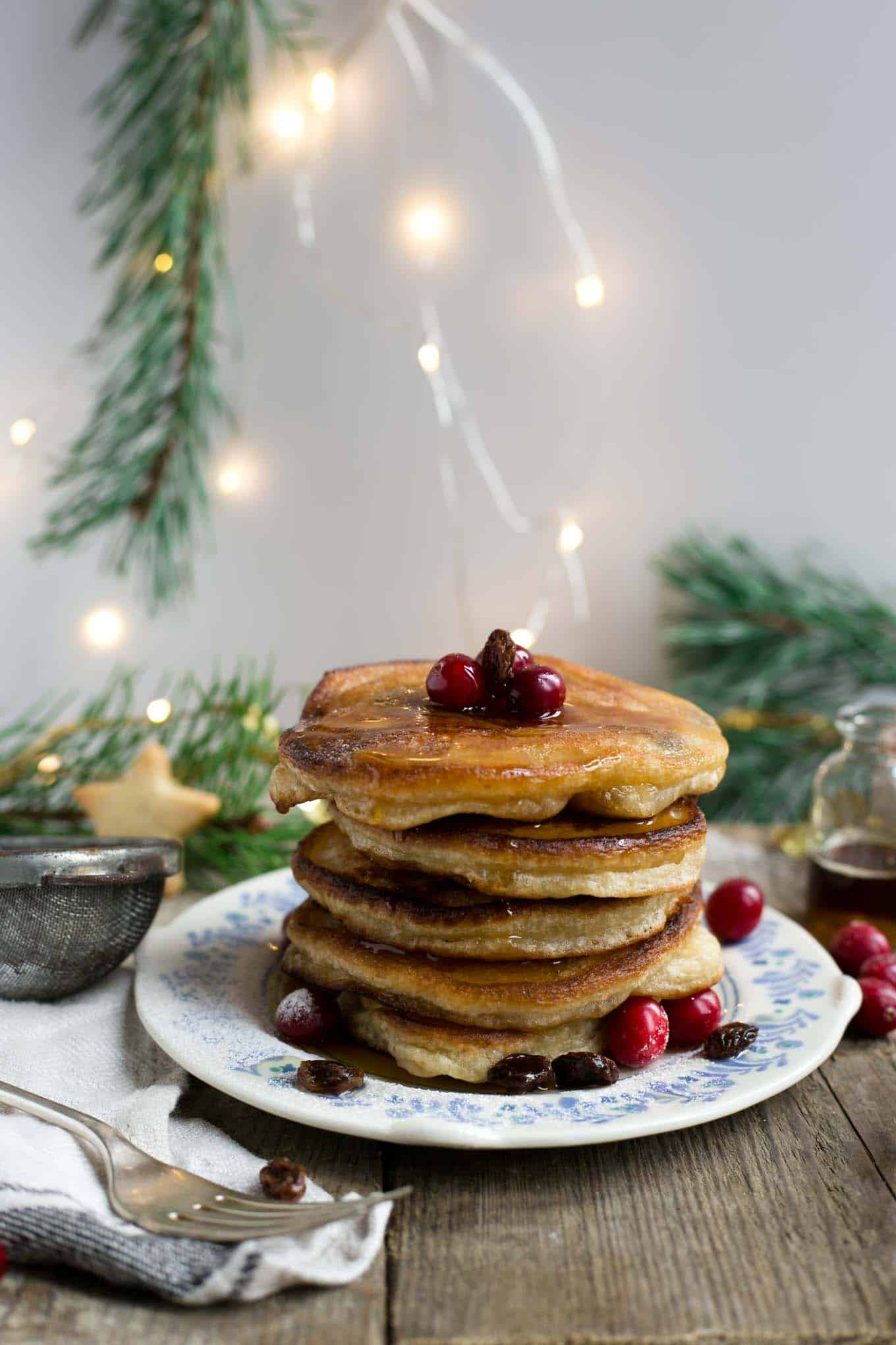 Rum & raisin pancakes, delicious and super festive treat for #Christmas breakfast! #vegan #pancakes #dairyfree | via @annabanana.co