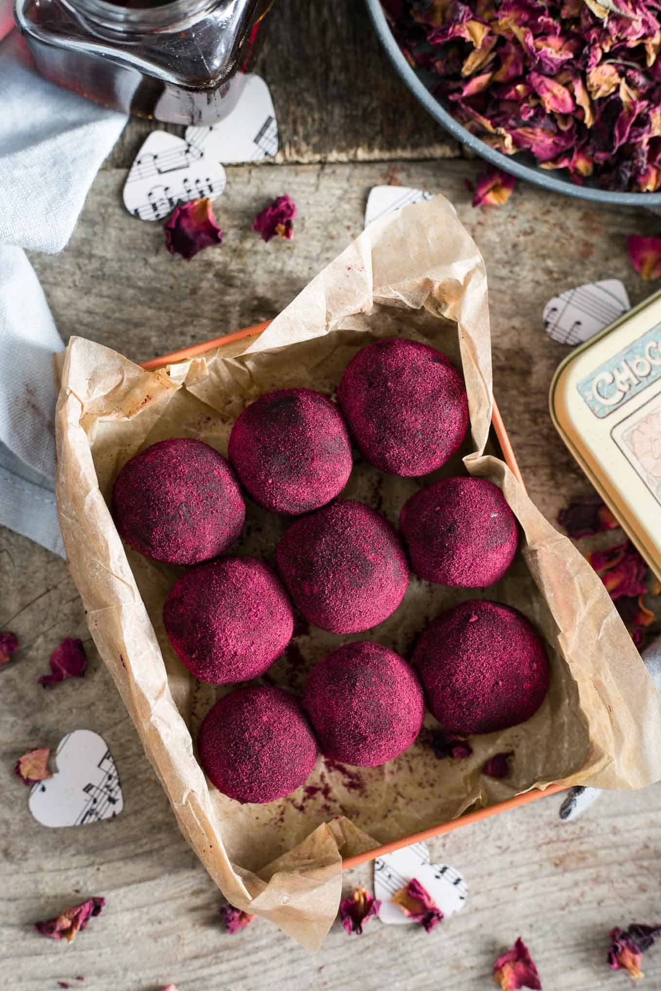 Delicious chocolate and peanut butter truffles. Great as a Valentine's gift for the loved ones! #vegan #truffles #healthysnack   via @annabanana.co